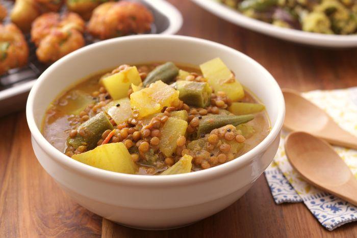 レンズ豆と野菜のスープカレーは、南インドでは定番中の定番なのだとか。現地では、トゥールダルといわれる木豆(樹豆)を使うそうです。ベジタリアンにも好まれる、さっぱりとした味わい。スープのように、さらっと楽しめます。