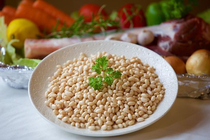 日本では、金時豆(赤いんげん豆)、手亡豆(白いんげん豆)、斑入りのうずら豆や虎豆などがいんげん豆に含まれます。海外産のものは、赤いんげん豆はキドニービーンズ、うずら豆はピントビーンズなどと呼ばれます。世界中で愛される、高たんぱく・低脂肪の優れた食材です。