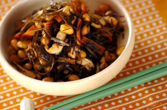 こちらは、大豆といっしょにミネラル・食物繊維が豊富な刻み昆布を煮込んだ煮物。こういうお惣菜がある食卓は、優しいぬくもりを感じますね。栄養バランスにも優れた一品です。