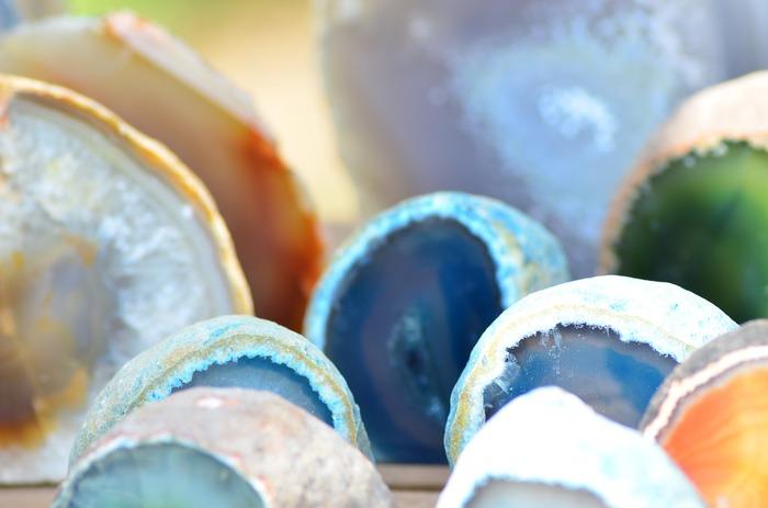 瑪瑙の大きな特徴として層になった縞模様の有無が挙げられますが、瑪瑙の定義は日本と海外では微妙に違い、実はあまりはっきりしていません。宝飾業界では便宜上、同じ成分の鉱物をまとめて「瑪瑙」として扱う場合もある一方、瑪瑙の結晶内で縞模様のない部分を切り出したら、それはすでに瑪瑙ではないと判断されることもあるのだそう。