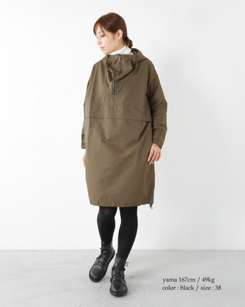 こちらは、スカートに合わせた着こなし。  黒タイツと合わせることで、ハードな足元も目立ちすぎることなく、脚のラインときれいな対比になっていますね。