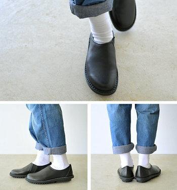 スリッポンですが、キャンバス生地のものとは異なり、レザー製なので、個性的な足元を楽しめます。  ロールアップしたデニムに白い靴下をあわせると、カジュアルながらも、大人の品のある雰囲気に。