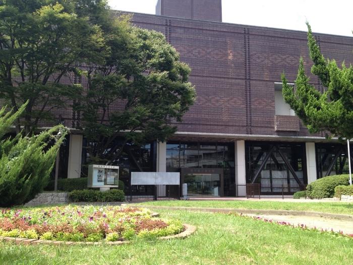 地下鉄「天神駅」からは徒歩10分ほど。赤煉瓦文化館からさらに進むと広がる須崎公園内に、こちらの福岡県立美術館があります。福岡県ゆかりの作品や、福岡出身の作家の作品を中心に近代・現代のアート作品を多く展示している、観光客にもおすすめの美術館です。企画展や展覧会が多く行われているので、地元民も買い物ついでに気軽に立ち寄りたいですね。