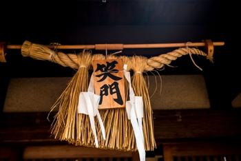 新しく年が明ける前に、しめ飾りは飾ります。 飾り初めで一番多いのが、25日~28日頃で、29日は9=苦となり縁起が悪いとされ、31日に飾るのも一夜飾りになり神様に失礼だと言われています。 また、松の内が異なるため外す時期は地方によって違います。関東は1月7日まで、関西は1月15日までとされています。  (松の内とは…門松などのお正月飾りを飾っておく期間)