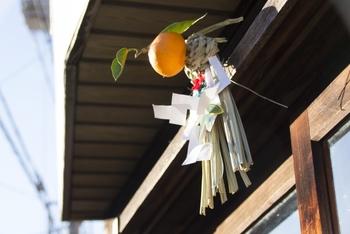 しめ飾りは、しめ縄に願いを込めて縁起物の飾りをつけたのが始まりと言われているそうです。それぞれに意味があり、橙は「代々繁栄しますように」、裏白は「裏表のない清らかな心で一年を過ごせますように」、ゆずり葉は「子孫が途絶えないように」、昆布は「喜ぶ」の願いが込められているそうです。  (※画像はイメージです。)