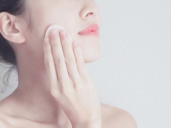 洗顔で皮脂を落としすぎないようにするには、メイクもナチュラルに切り替えるのが大切です。特にベースメイクは、石けんで洗い流せるタイプがおすすめですよ。