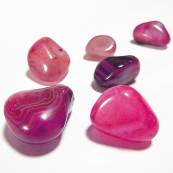 瑪瑙は微細な石英の集合体であるため、その隙間に溶液を染み込ませることで人工的な染色をしやすい石です。古代に加熱染色が発見されて以降、現在市場で売買されている石にもさまざまな染色を施されたものが見られますが、瑪瑙の場合、必ずしも染色によって価値が下がるとは考えられていません。むしろ色を鮮やかに引き出すことでパワーストーンとしての力がより強くなるとされ、美しさや価値が増すこともあるのです。