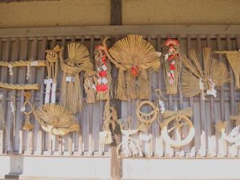 しめ飾りの形やデザインは、住む場所によって様々なものがあります。想いを込めて作られた全国のしめ飾りを見ていきましょう。