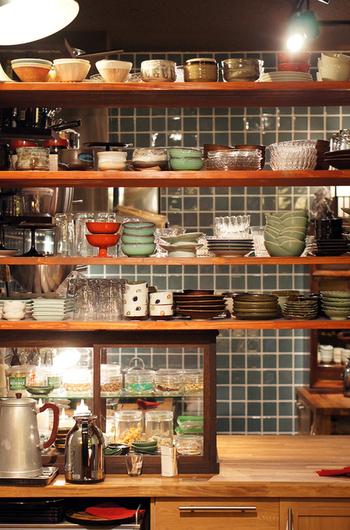 「抹茶のカフェー」の看板があるように、抹茶が気軽に楽しめるお店でもあります。寒い時季はお抹茶に和菓子、ぜんざいなどの温かいメニューやコーヒー、和のお茶も。何度も通いたくなる、ほっこりとした和カフェです。