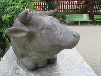 拝殿前に鎮座しているのは、天神様と縁の深い牛。牛車で道真公の亡骸を運んでいた時、牛が止まって動かなくなった場所が「太宰府天満宮」の位置とされています。こちらも時間があればぜひ観光してほしい福岡の名所です。