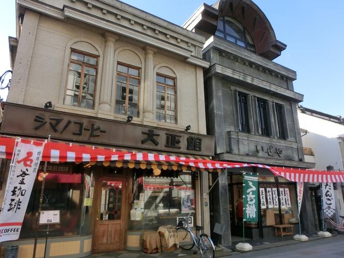 駅から蔵造りの街並まで歩く途中に立ち寄りたいのが「大正浪漫夢通り」です。江戸が待つのはもう少し先。きれいな御影石の石畳の通りには、大正時代を彷彿とさせるクラシカルな建物が並んでいます。