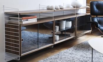 壁面いっぱいの収納ほどスペースがないなら、チェストのような作りも可能です。テレビ脇やソファ脇など、あるとちょっと便利なスペースが作れます。
