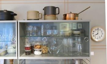 透明のチェストもあるから、食器だって収納可能。上にはお鍋置いたりしても良いですね。
