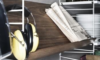 棚板の種類には、こんなマガジンシェルフも。出し入れの多い雑誌や小物類を立てかけて収納できるので便利です。