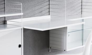 棚板のパーツには、こんなワークデスクもあるから、上手に取り入れれば作業スペースを作ることもできます。