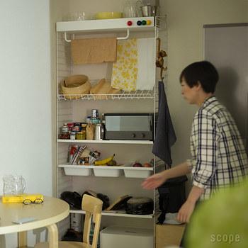 キッチンの収納、丁度いいのがないとお悩み?スリムで高さのあるフレームを選べば、ぴったりサイズができるかも。ラックにしたり、ポケットにしたりしてカスタマイズ。