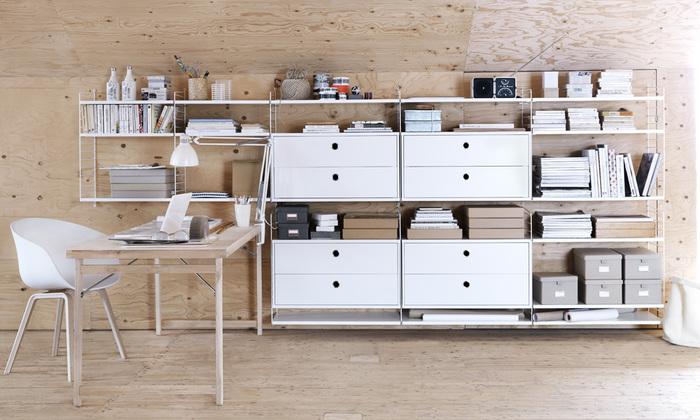 フレームを選んだら、チェストや棚板を自由に選んで組み立てていく「String」。本や食器etc.しまいたいものが決まっていれば、カスタマイズして収納を作れる優れものです。生活が変わっても、対応して可変できる自由な収納だから、長く暮らしを支えてくれる家具になってくれそうです。