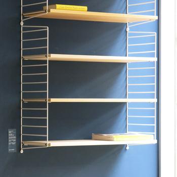床から設置するだけじゃないのが「String」の特徴の一つ。壁に固定すれば、便利でおしゃれなラックが出来上がります。