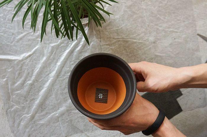 まずは、室内で植え替えを行う場合は、汚さない様にゴミ袋などを敷いてから始めましょう! 次に、100円ショップなどでも購入できる「鉢底ネット」をカットし、鉢の底穴を覆います。