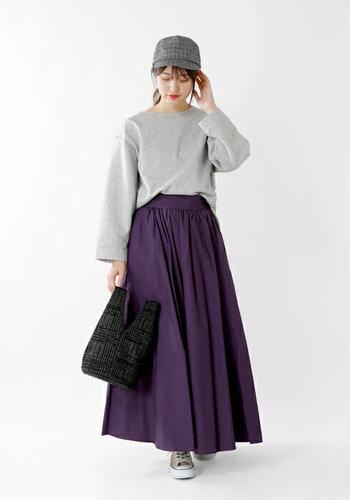 「ライトグレー」のスウェットと合わせるとスカートの「パープル」がより華やぎますね。
