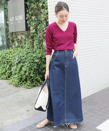 Vネックのリブニットは鮮やかな「パープル」が目を惹きます。トップスに程良い抜け感があるので、背の低い人にもバランス良くきまるマキシ丈のデニムスカートと合わせて大人っぽいカジュアルに。