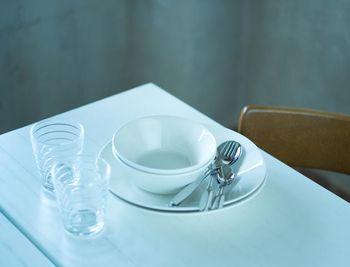 お皿とボウル、グラス、カトラリーがセットになったスターターセット。これだけあれば、基本の食事に困らなそう。