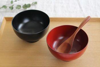 越前塗の汁椀セットは、シンプルで上品な作り。家庭用の食洗器・乾燥機に対応してるので、気兼ねなく使えます。