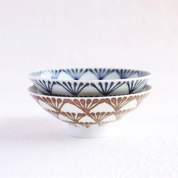 落ち着いた色合いのペアの平茶碗は、夫婦らしい色違いが素敵。ご飯以外をよそっても様になるから、使い方は色々。