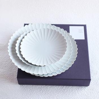 上品な菊の花を思わせるデザインが美しいお皿です。大小のセットだから、メインでも副菜でも◎。和洋を問わず使えて便利なアイテムです。