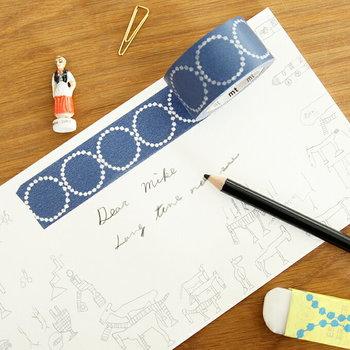 ミナ・ペルホネンの代表的なモチーフであるタンバリン。濃紺の地の色も美しく、優しい雰囲気のドットが印象的なマスキングテープです。  ■378円(税込)