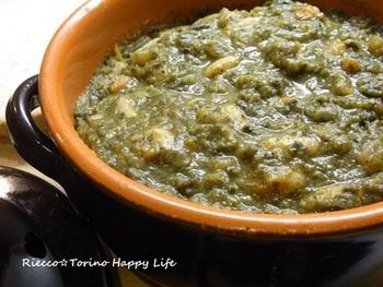 白いんげん豆とパンが入った、イタリア・トスカーナのスープ。多種類の野菜と豆をスープで煮込んでミキサーにかけ、パンの上に注いで一晩おきます。次の日は、温めるだけ。パンにうまみがしみ込み、どろりと仕上がったスープは、栄養もおいしさも満点。