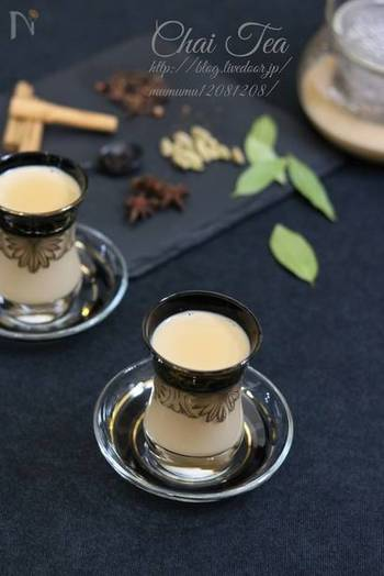 ホットミルクに紅茶とホールスパイスを加えたインド風ミルクティ。  お好みで豆乳を使ってもおいしそう。