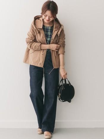 カジュアルな印象になりがちなベーシュのマウンテンパーカーは、ノンウォッュデニムを合わせて落ち着いた印象に。足元をバレエシューズにすると、より大人っぽい着こなしになります。袖を少しまくって、こなれ感を出すのも忘れずに♪
