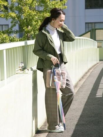 白のハイネックトップスにマウンテンパーカーを重ねると、洗練された大人コーデに。センタープレスのワイドパンツを合わせるときちんとした印象になるので、通勤服としても使えそうです。