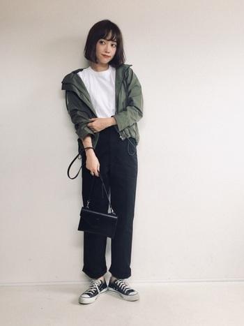 白T×黒ボトムスのシンプルなモノトーンコーデも、マウンテンパーカーを羽織るだけでトレンド感のあるスタイリングに大変身。あえてキチンと感のあるバッグを合わせて、ひとつ上のカジュアルコーデを楽しんでみてはいかがでしょうか。