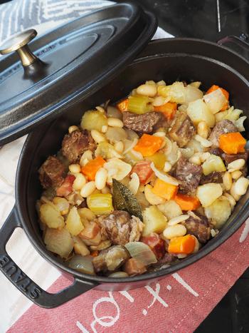 豆の煮込み料理は、家庭料理の原点といえるかもしれませんね。ほくほく優しい味わいに、心も体もほっとほぐれていきます。風が冷たい日は、じっくりことこと豆料理で癒されてみませんか?