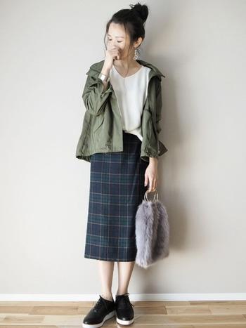 柄物スカートを合わせるなら、マウンテンパーカーと同系色が入ったアイテムを選ぶと統一感のある着こなしに。とろんとしたトップスが、マウンテンパーカーとうまく馴染んで、カジュアルだけど女性らしい着こなしに。