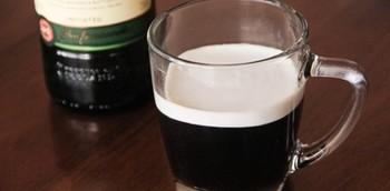 アイリッシュコーヒーは、ブラックコーヒーにウィスキーをミックスしたドリンク。  お砂糖と生クリームをたっぷり入れて楽しんでくださいね♪