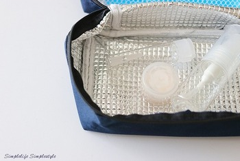 内側に保冷剤を入れるポケットが付いているので、要冷蔵の化粧品も安心してしまえます。ファスナーが大きく開く点も、使いやすいポイントの一つですね。