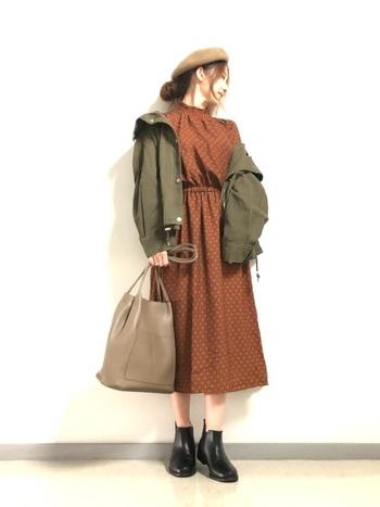 レトロなデザインのワンピースは、バッグやシューズを上品ににまとめて、キレイめカジュアルコーデに。カーキ×ブラウンのカラーリングも、秋らしくシックな印象を与えます。