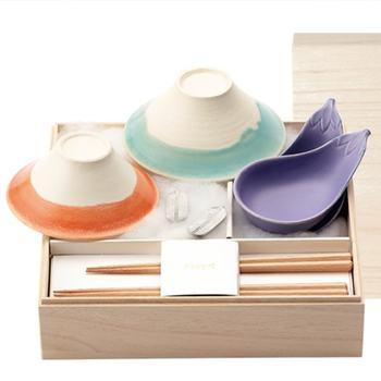 おめでたさがギュッと詰まったお茶碗と小皿のセット。優しい色合いで、明るい新生活をイメージさせてくれますね。