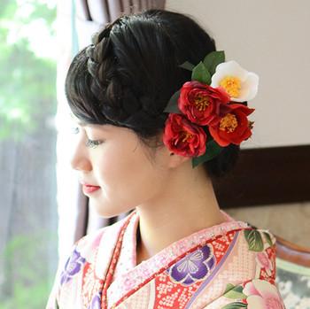 和装のアイテムも見ているだけで可愛いものが多いんです。こちらは紅白椿の髪飾り。付ける位置をお好みで変えて、様々な表情を楽しんで。