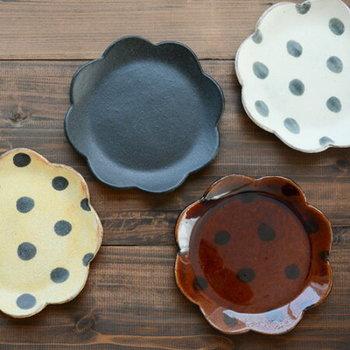 信楽焼で作られたお花のかたちの6寸皿は、一枚でも食卓の愛らしいアクセントになります。どの柄を選ぶかで、雰囲気ががらりと変わります。  ■432円(税込)