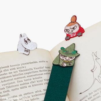 繊細な刺繍でつくられたムーミン。本の間に挟むと、まるでこちらを覗き込んでいるように見えます。やわらかなフェルトを使っているので、本も傷めません。  ■864円(税込)