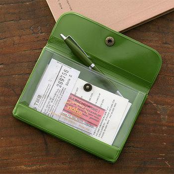 中身が見えるパスケースには、チケットや切手などちいさな紙ものがぴったりです。ペンも入るサイズ感なので、カバンの中で迷子にしたくない小物を入れておくといいですね。  ■486円(税込)