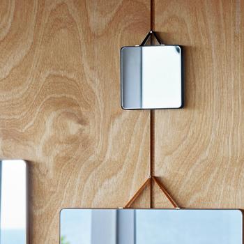HAYのコンパクトなミラーはお部屋の片隅に飾っておくと、さりげないアクセントに。削ぎ落された美しさは普遍的なものなのです。  ■2,484円(税込)