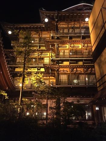 ジブリ映画「千と千尋の神隠し」の湯宿のモデルとも噂される老舗旅館「金具屋」。国の登録有形文化財に認定されている木造4階建ての宿泊棟「斉月楼」は未だ現役の客室として稼働中で宿泊することができます。