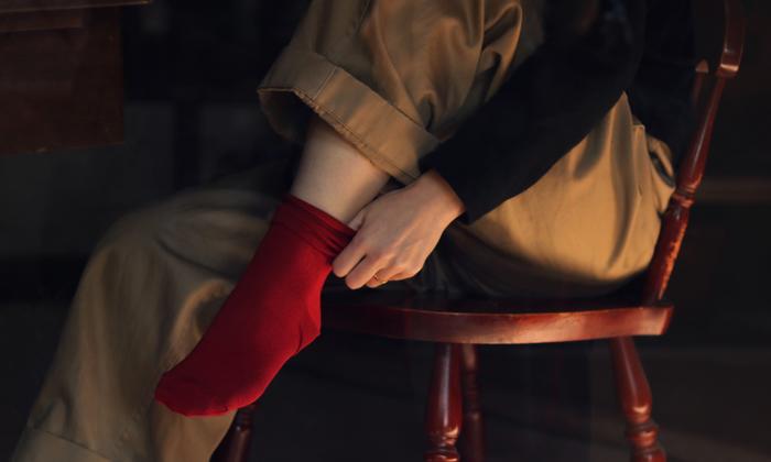 足先からスルスルと履きやすく、そのはき心地はさらりとシルクの夢心地。履き口にゴムがないため、締め付けが苦手な方には特におすすめです。とっても上品な上、おしゃれ心をくすぐってくれるデザインのラッキーソックスのシルクノーゴムソックス。