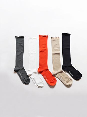 薄手で長さがあるので、履いてクシュっとさせることでボリュームができ、脚を細く見せることができるありがたいソックスです。素材もコットン、リネン、ナイロンで触り心地も履き心地もさらりとしていて大満足の一足です。