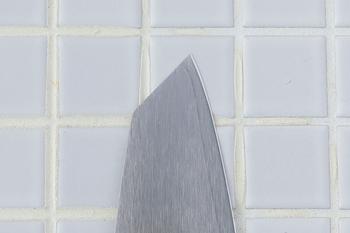 刃の先端は食材を突いたり、飾り切りをしたりできるように切り落とされた形になっているのが特徴。柄は湿気や水に強い積層強化木を使用し、柔らかな握り心地にもこだわっています。